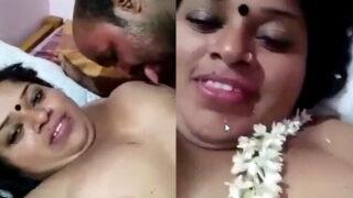 ஆண்ட்டி முலையை நக்கி செக்ஸ் செய்யும் மல்லு செக்ஸ் வீடியோ
